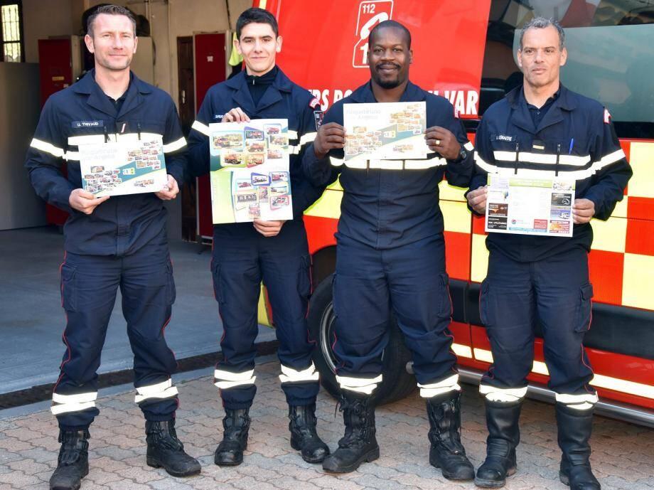 Les pompiers présentent leur calendrier 2018 en cours de distribution sur la commune.