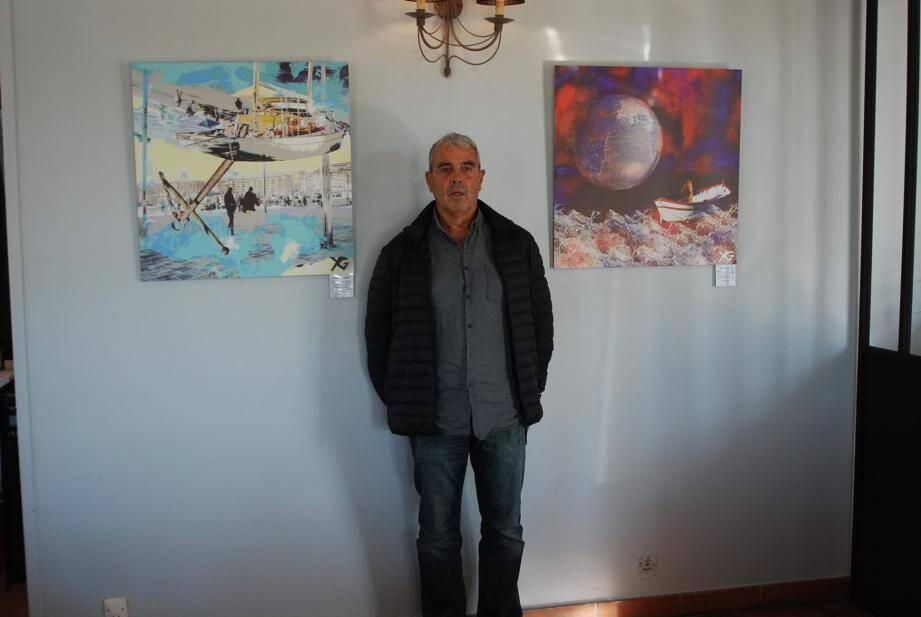 Yves Girod devant deux de ses réalisations dans une des salles du Golf de Frégate.