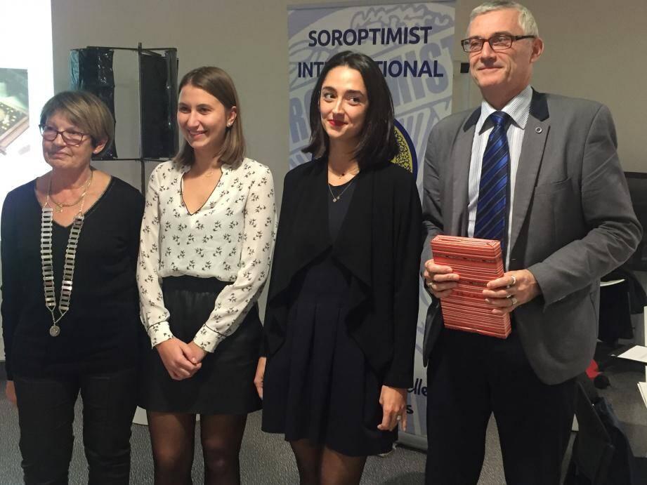 Michelle Vidal, présidente du Soroptimist, Pauline Couezard, Mathilde Barc et Didier Goguenheim, directeur de l'ISEN Toulon (de gauche à droite).
