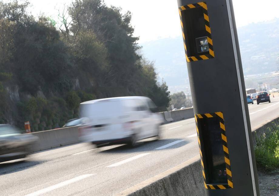Ce nouveau radar installé sur l'A8, dans le sens Italie-France juste avant la sortie Saint-Isidore, crépite assez souvent dans une descente où la vitesse est limitée à 90 km/h.