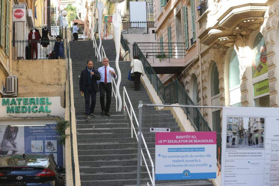 Le maire Gérard Spinelli et le directeur des services techniques Joseph Cosentino sur l'escalier qui sera mécanique en juin prochain.