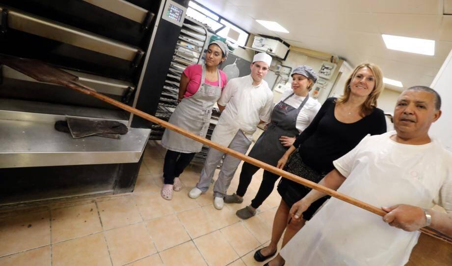 Gisèle Noto avec une partie de l'équipe de la boutique de l'avenue de Nice à Cagnes-sur-Mer.