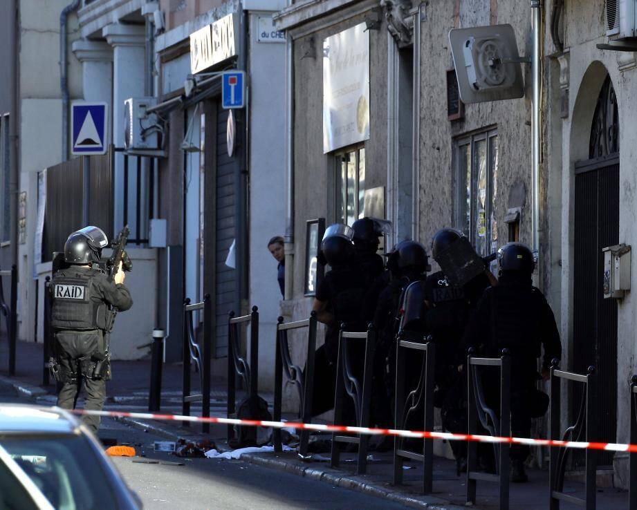 La rue a été bouclée le temps de l'intervention du Raid.