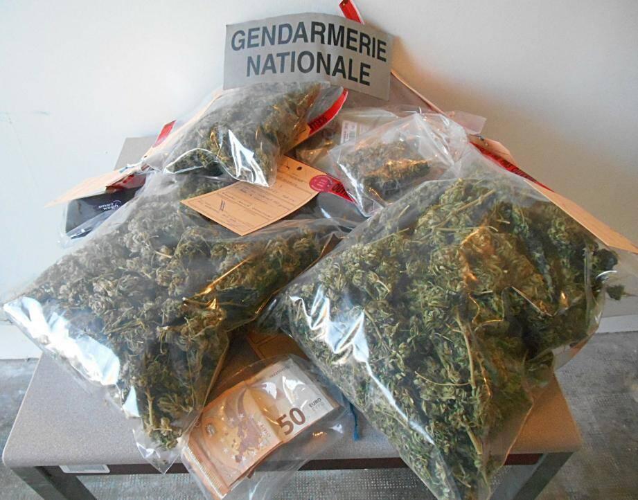 Les gendarmes de la COB Salernes/Aups ont trouvé l'un des protagonistes en possession de cannabis et d'une forte somme d'argent.