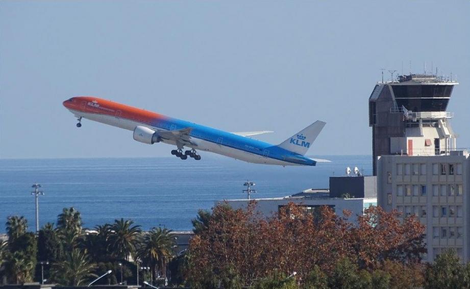 L'avion a été évacué et les passagers pris en charge en zone réservée du Terminal 2.