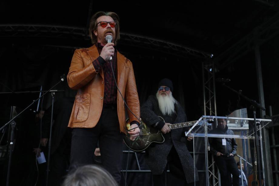Jesse Hughes , le leader du groupe et Dave Catching (à droite), deux des membres des Eagles of Death Metal