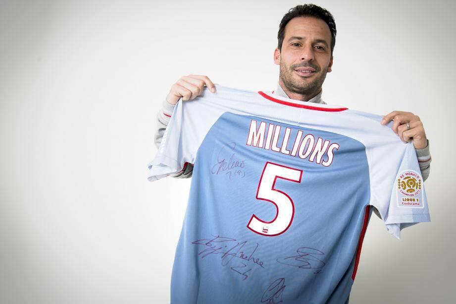 Ludovic Giuly, ambassadeur du club avec le maillot des 5 millions de fans