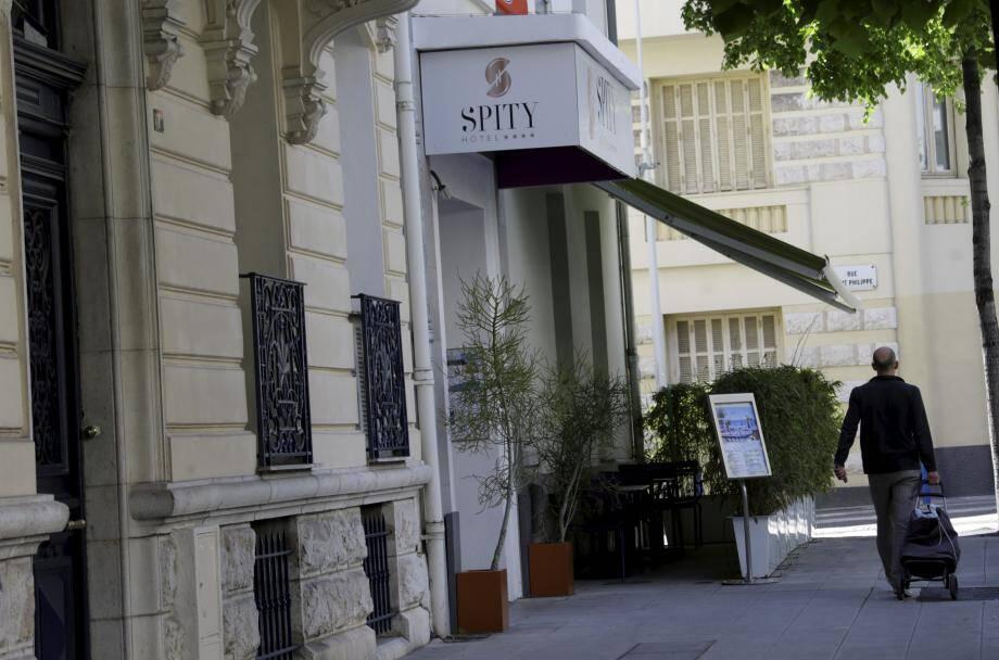 Le Hi Hotel a changé depuis de nom, devenant le Spity Hôtel. Il possède son penadnt sur la plage.