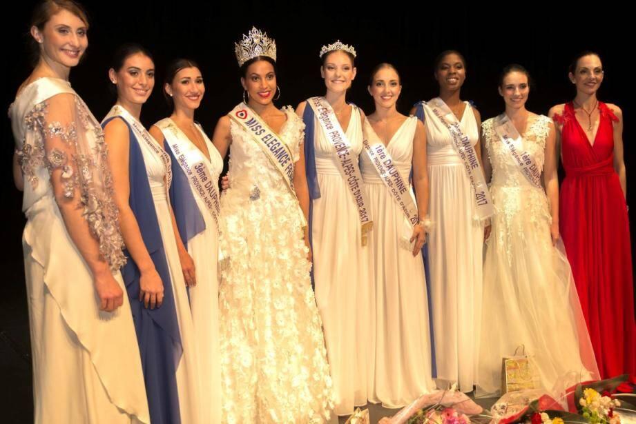 La reine de la soirée (au centre, petite couronne), à côté de Miss Elegance France 2017 et des autres candidates primées.
