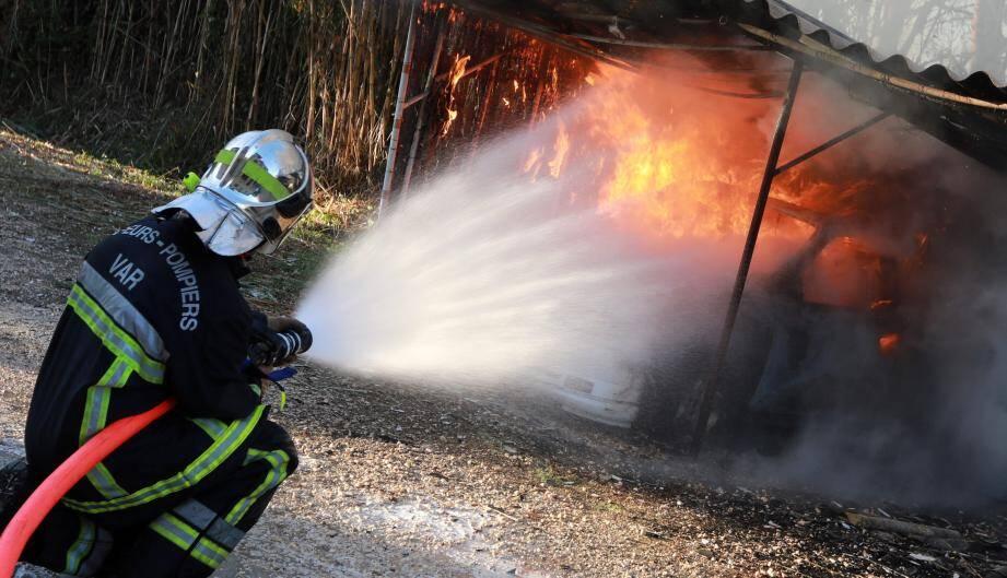 Le feu a certainement pris sous cet abri à voitures, selon les premiers témoins. Quatre voitures et deux motos ont été détruites.
