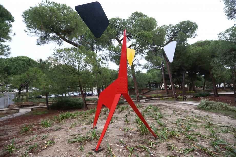 La Girafe de Pierre Manzoni porte les stigmates d'actes de vandalisme : une quinzaine d'impacts pouvant être causés par des lancers de cailloux.