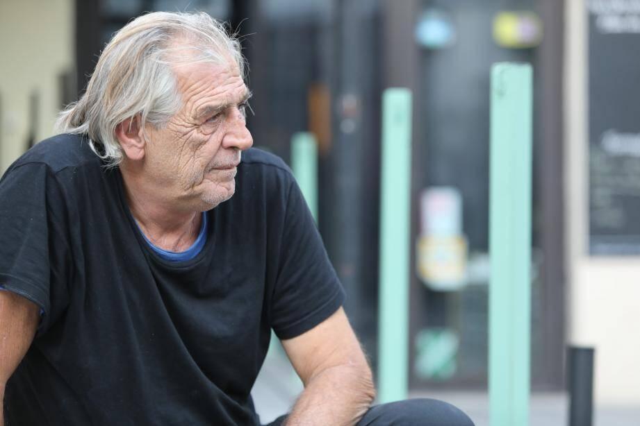 Robert Natali, 62 ans, n'a plus d'endroit où dormir depuis que son camping-car a été enlevé à la fourrière.