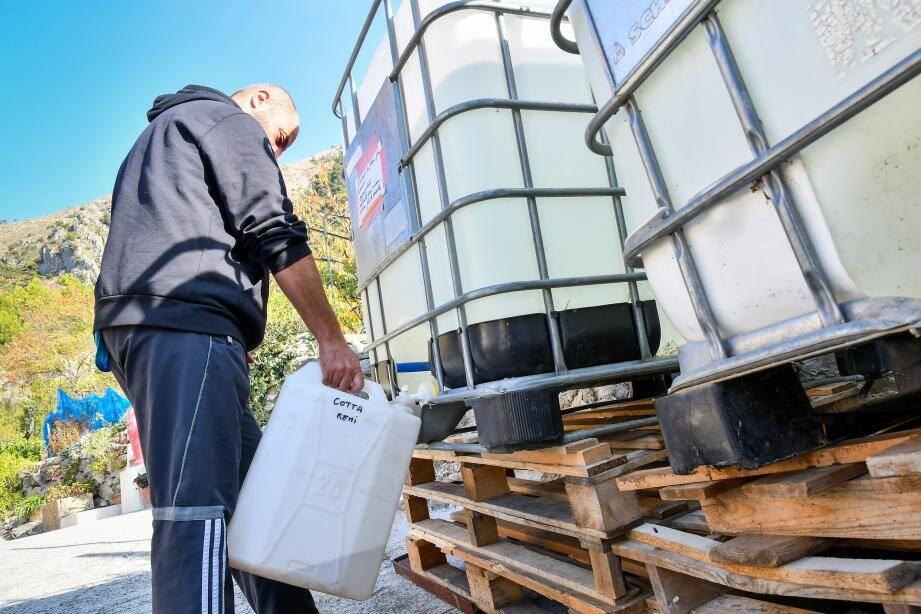 Les habitants utilisent les cuves mises à disposition pour augmenter leur stock d'eau.