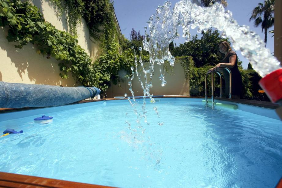 Baisse des prix et entretien moins dépendant du chlore : la piscine devient un équipement qui n'est plus synonyme de luxe en France.