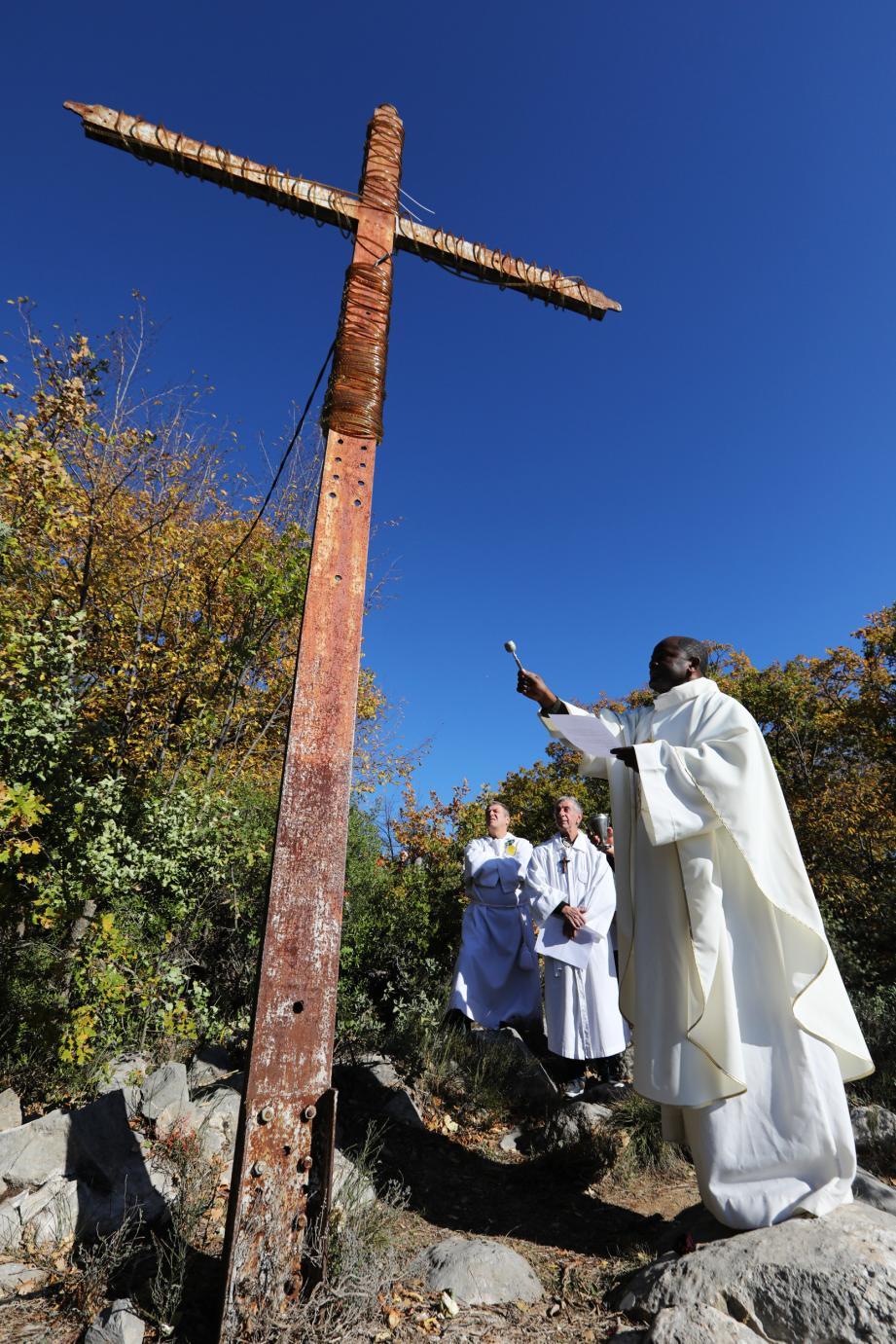 Entouré des pénitents blancs de Sospel, le père Ranaivo Engeni a béni la Croix de l'Agaisen sous l'œil ému d'une cinquantaine d'habitants.