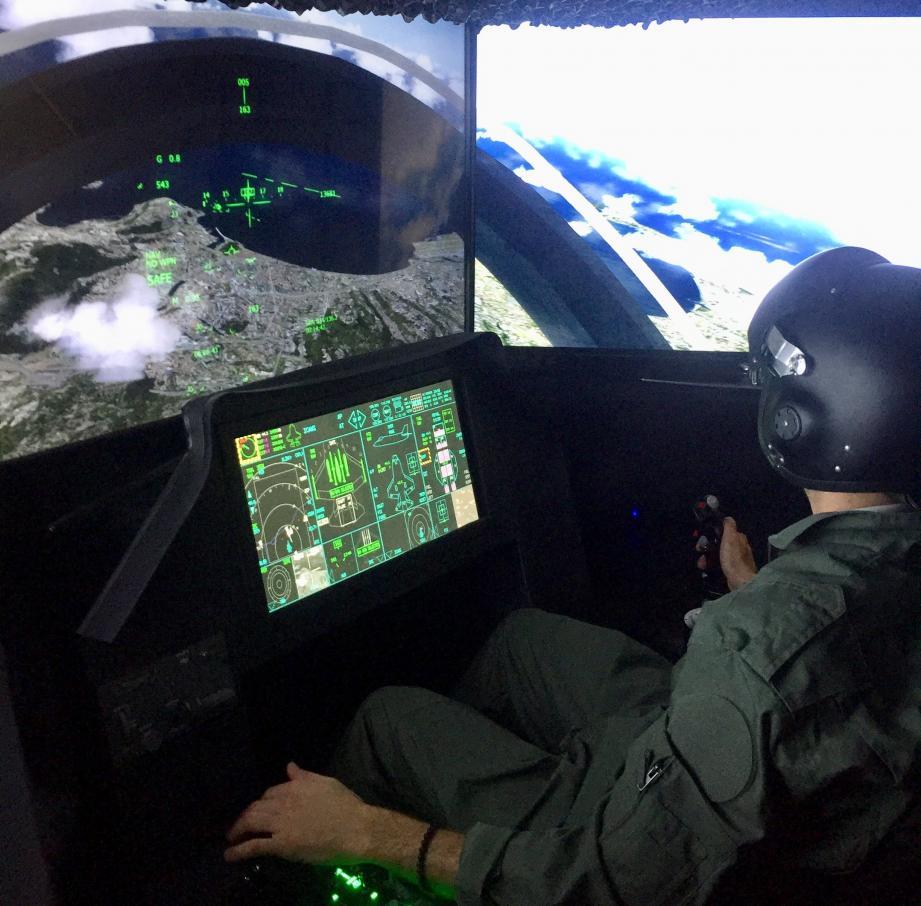Après l'Airbus A320, place au F35 simulateur d'avion de chasse hyper-réaliste. Combinaison kaki, casque sur la tête, on s'y croirait.