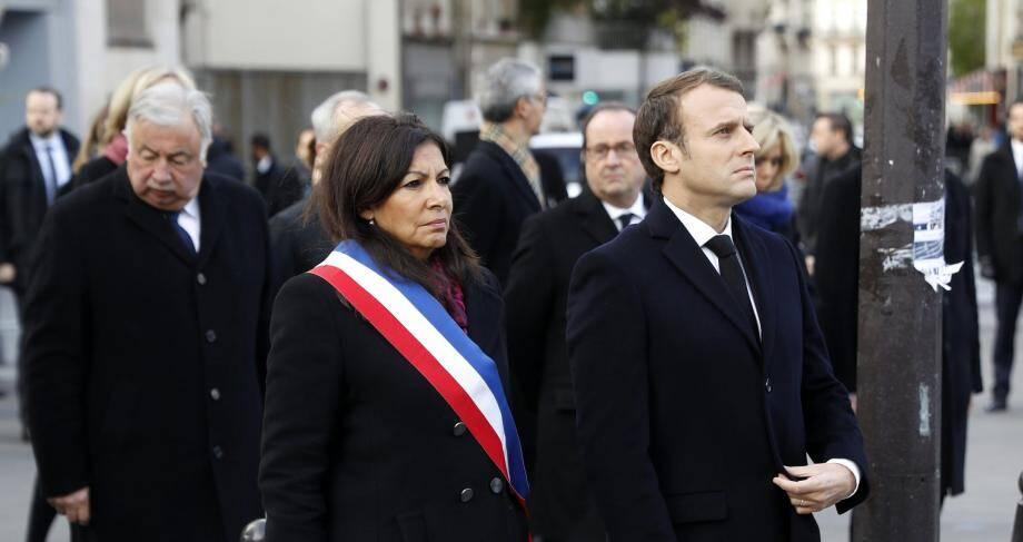 """Anne Hidalgo la maire de Paris et Emmanuel Macron devant la plaque commémorative du restaurant """"Le Carillon"""" à Paris."""