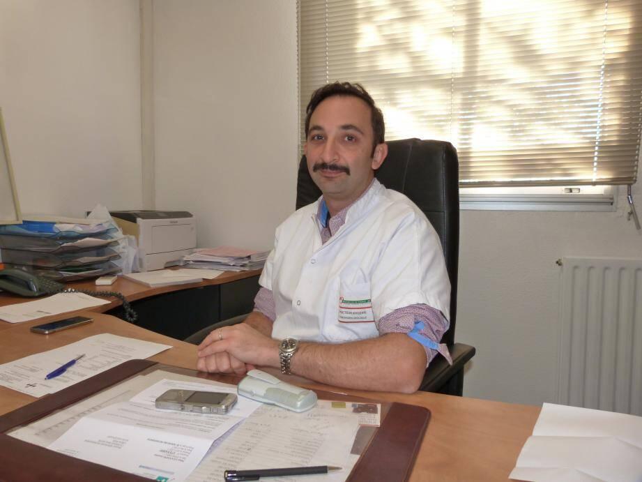 La moustache, symbole de Movember, le mois de la santé masculine. Le Dr Khodari, urologue, a joué le jeu pour sensibiliser le public