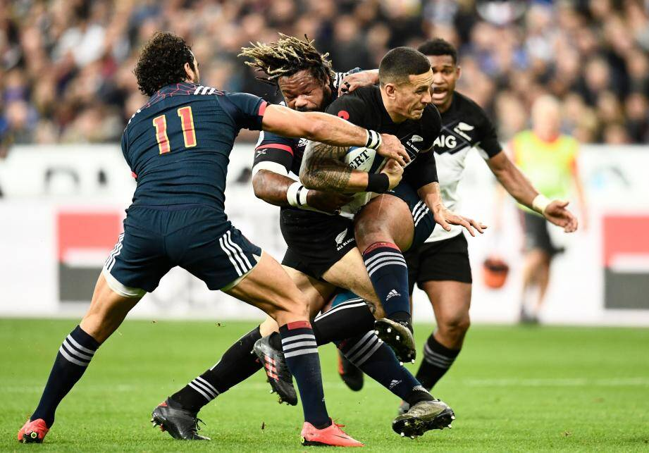 Le centre Sonny Bill Williams plaqué par le Toulonnais Mathieu Bastareaud.