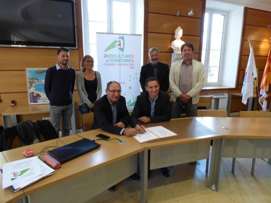 Alain Baccino (président de la Chambre d'agriculture du Var) et Hervé Stassinos (maire du Pradet) ont signé vendredi la convention pour lancer une étude sur l'agriculture communale.