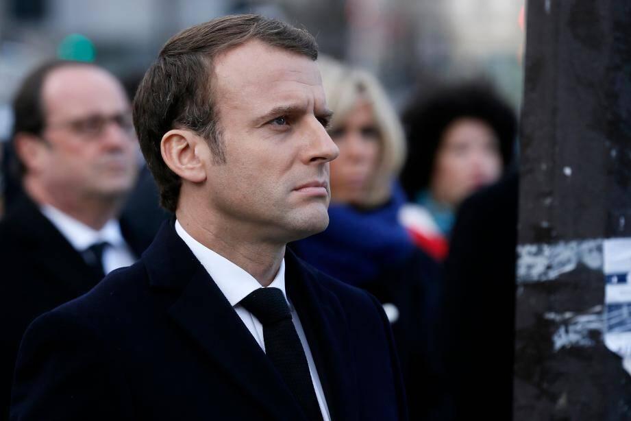 Le chef de l'Etat Emmanuel Macron, devant les terrasses où les terroristes ont attaqué