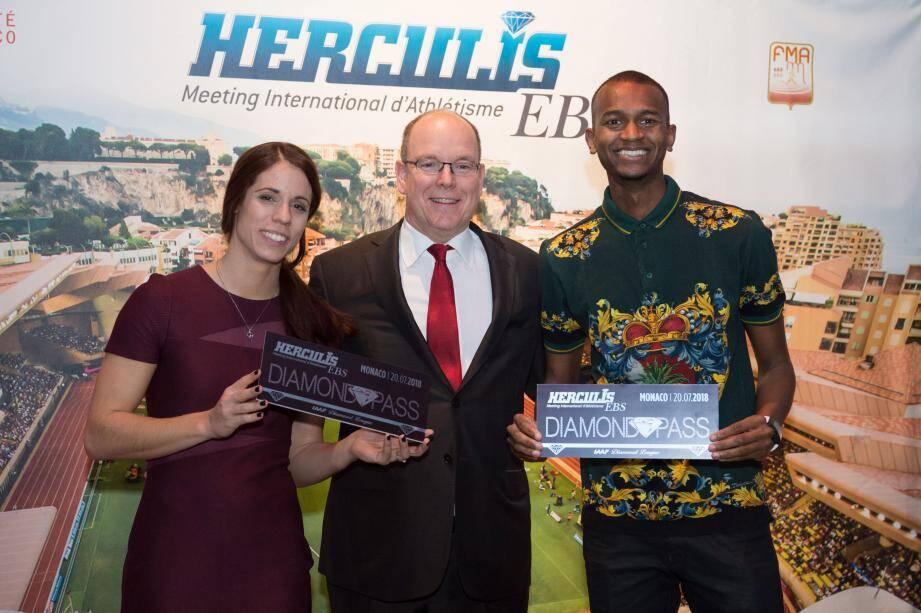S.A.S le Prince Albert II de Monaco entouré des deux athlètes.
