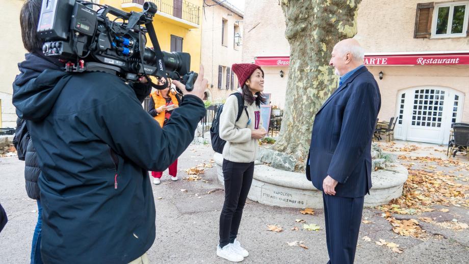 """L'équipe japonaise de l'émission pilote """"One Road"""" à Saint-Vallier ce samedi."""