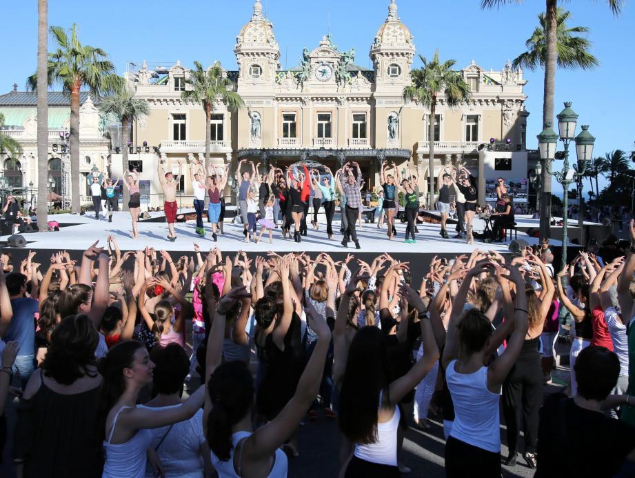 La place du Casino en ébullition le 2 juillet dernier pour la première Fê(ai)tes de la danse.
