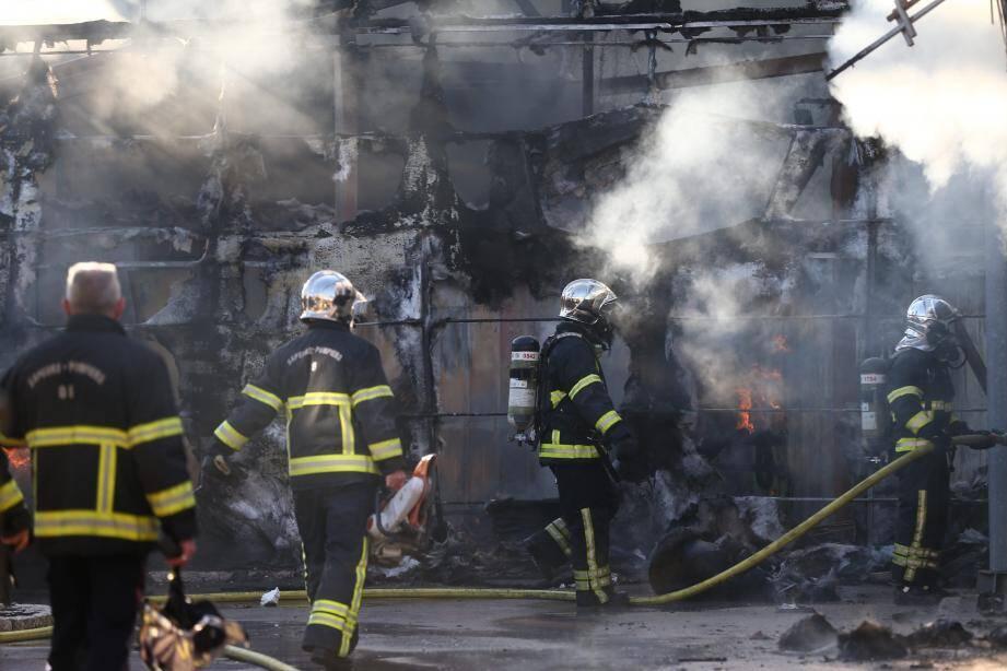 Les soldats du feu tentent de maîtriser l'incendie.