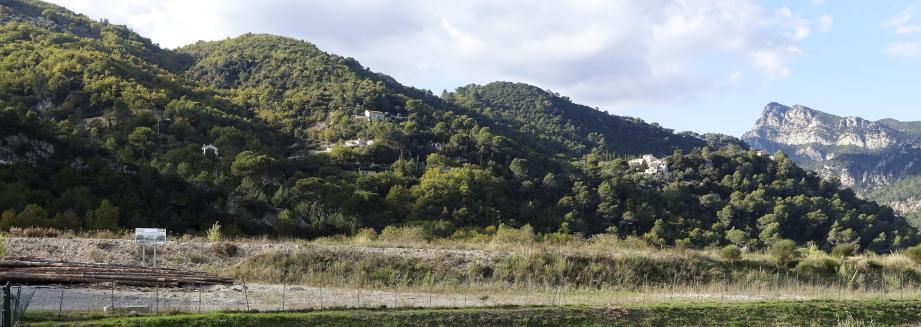 A gauche, le panneau de la future scierie- centre de cogénération électrique Coulomp. La zone concernée par les trois bassins du projet de parc de loisirs aquatiques est à droite, sous le hameau du Clos Martel, en surplomb de la route qui longe l'Estéron.