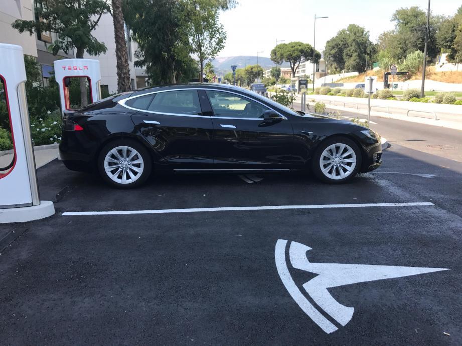 Pause à Polygone Riviera à Cagnes pendant que notre Model S 100D, branchée à un Superchargeur, fait le plein d'electricité. 80 % de la charge est récupérée en 30 mn.