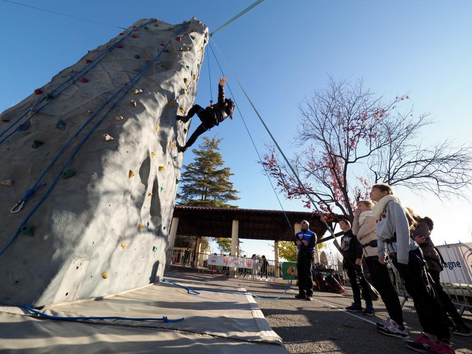 En partenariat avec le ministère de l'Intérieur, l'opération Prévention en montagne, animée par une équipe de CRS dédiée, sensibilise les enfants, à partir de 8 ans, à la pratique responsable des sports en montagne notamment en les initiant à l'escalade.
