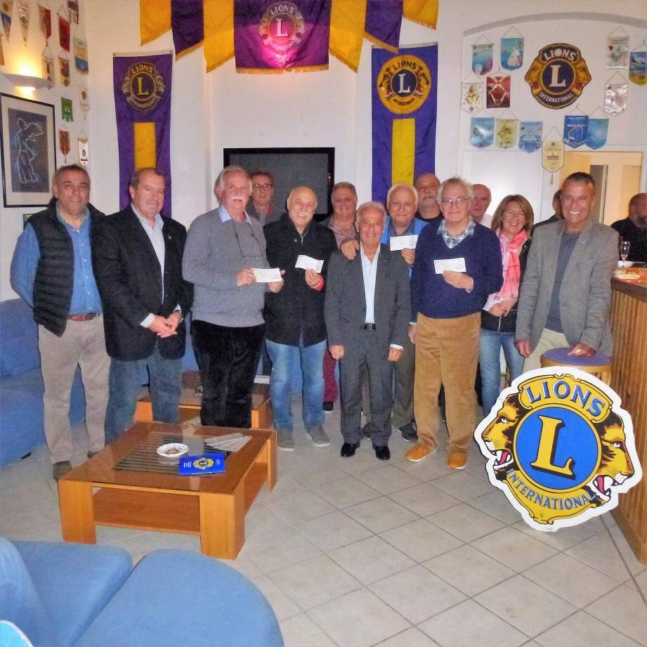 Les membres du Lions-Club ont remis des chèques à plusieurs associations locales, fruits de leurs manifestations organisées tout au long de l'année.(DR)