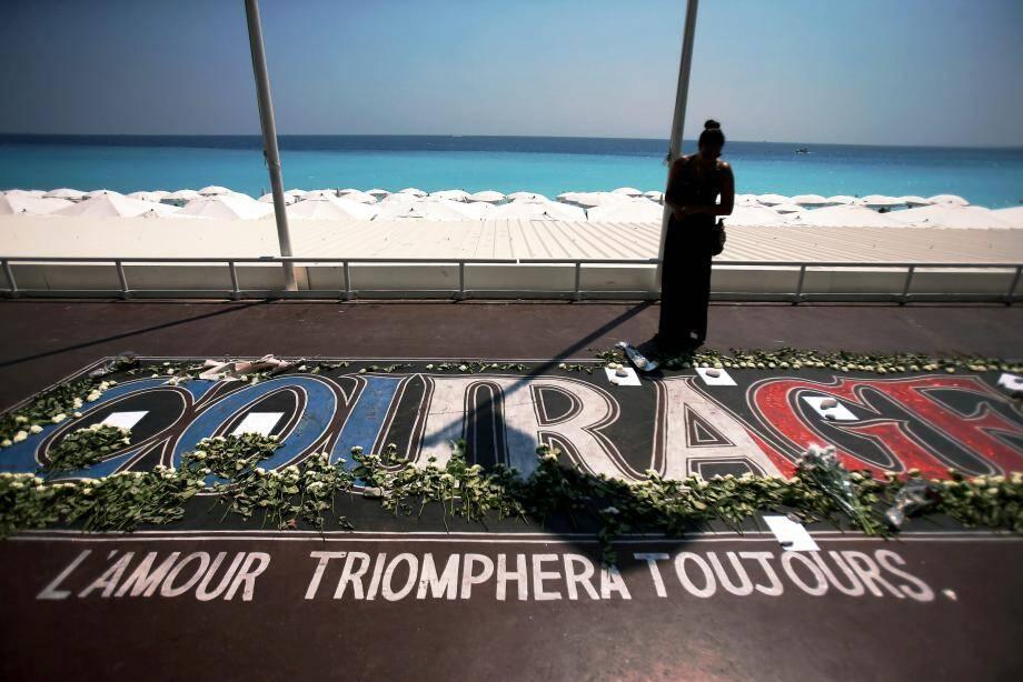 Message d'espoir sur la promenade des Anglais, après l'attentat qui fit 86 morts le 14 juillet 2016.