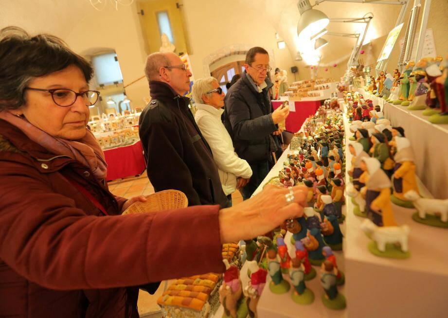 Les danseurs, musiciens et ballerines de La Miougrano présentent les milliers d'œuvres des artisans santonniers jusqu'au 20 décembre à la mairie de Fréjus.