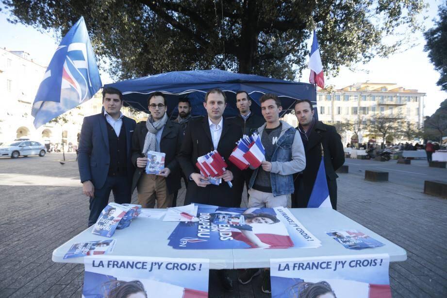 Quelques militants frontistes, autour de Lionel Tivoli, mobilisés sur la place Garibaldi, à Nice, hier.
