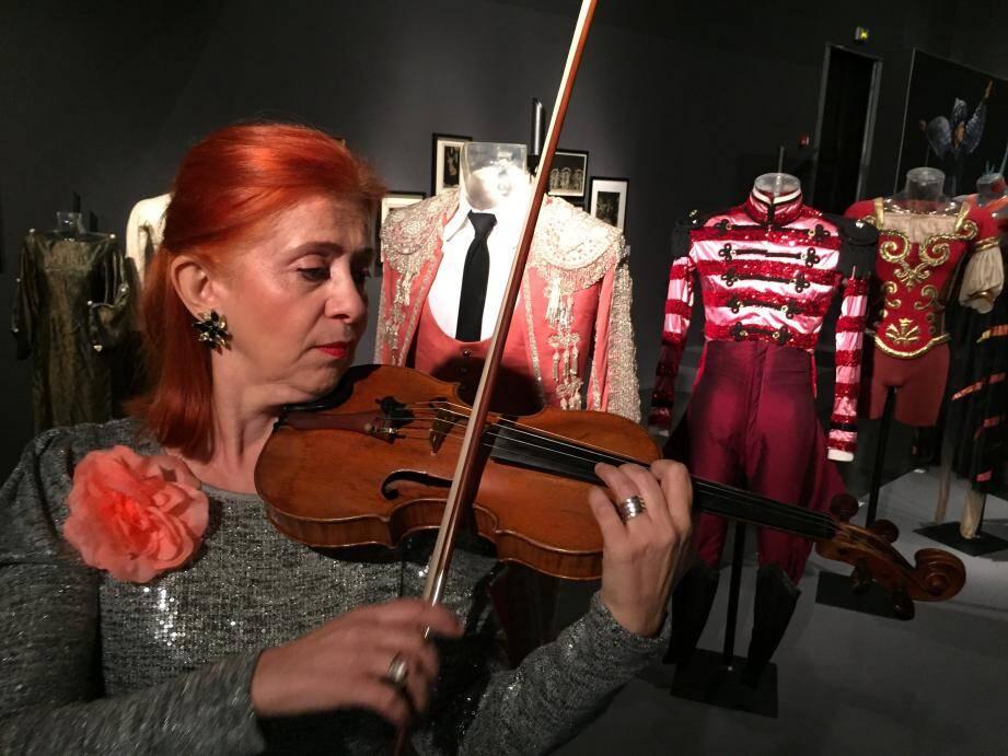 Ambiance musicale à travers le répertoire de ballet avec Ventzilava Choykova au cœur de l'exposition des costumes de la compagnie des Ballets de Monte-Carlo.