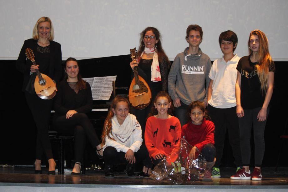 Le trio Benzaiten a joué sur la scène de la salle multimédia, accompagné par des élèves sospellois du conservatoire. (DR)