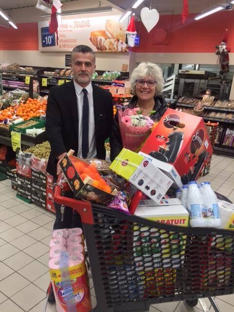 William Olivella le directeur du Carrefour Market et Agnès Tottereau une des gagnantes.