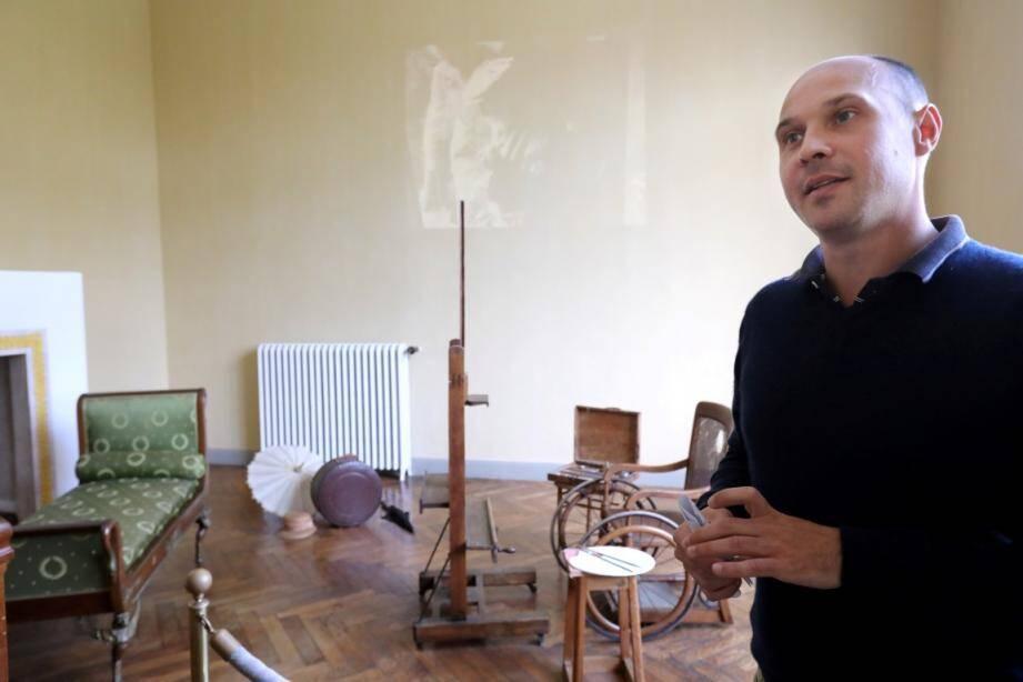 L'atelier du peintre aux Collettes et le conservateur du musée, Emeric Pinkowicz.