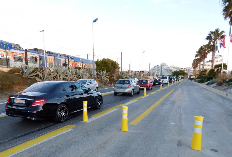 Avec une voie de circulation en moins, ça coince aux heures de pointe sur le bord de mer de Villeneuve-Loubet dans le sens Antibes-Nice.