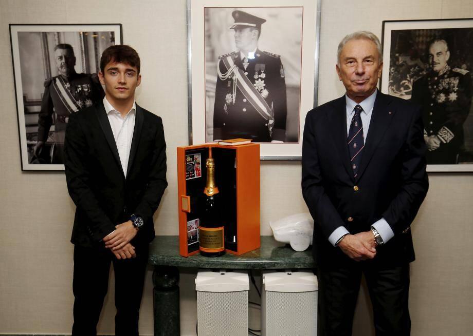 Michel Ferry, vice-président de l'ACM, a remis des cadeaux symboliques à Charles.