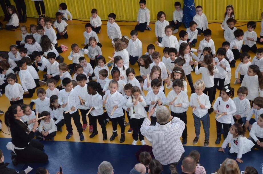 Le gymnase des Moneghetti, transformé en belle salle de spectacle, pour le concert des classes maternelles de l'école Paul-Doumer.