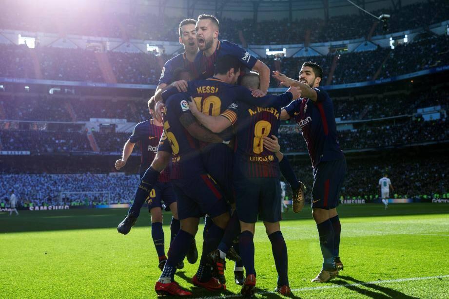 Le Barça ivre de joie sur la pelouse du Real Madrid.