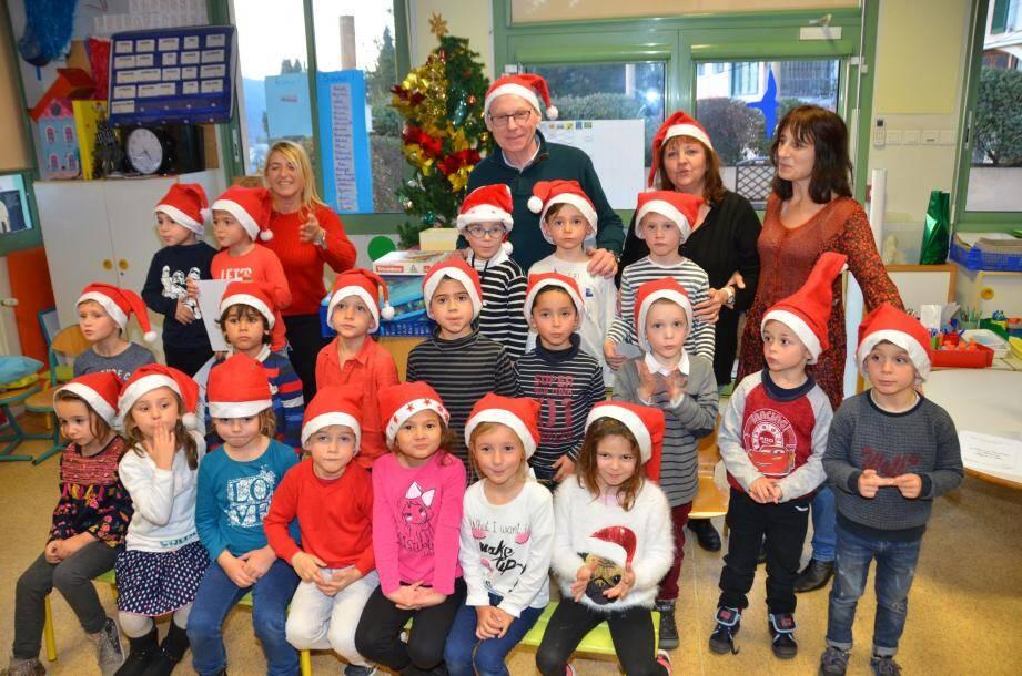 Accompagné de Liliane Cloupet, le maire est venu visiter chaque classe de maternelle à l'heure des chants délivrés aux parents dans les classes.