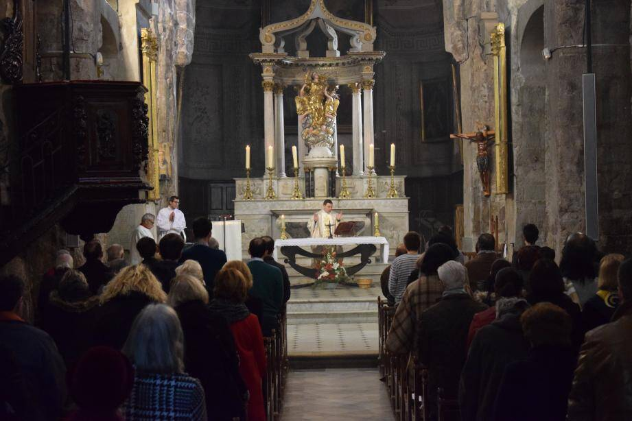 Le père Cyril Geley a dispensé la messe de Noël hier matin. Photo M. R.