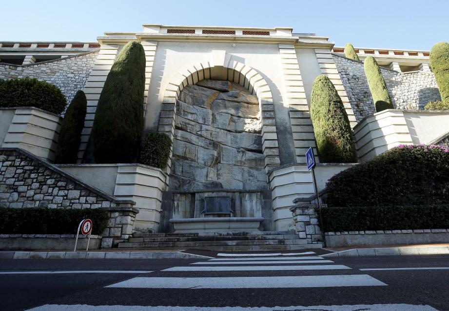 Derrière ce pan rocheux du boulevard de Belgique, le plus grand réservoir d'eau de Monaco. Des catacombes où sont installées deux cuves de 3 000 m3 d'eau chacune. Atteignant 5 mètres de hauteur, elles sont remplies jusqu'à 4,50 m d'eau en temps normal.