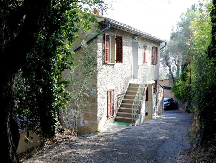 La « maison Saint-Louis, propriété du diocèse, accueille les « mineurs isolés » placés là en transit par le service départemental de protection de l'enfance.