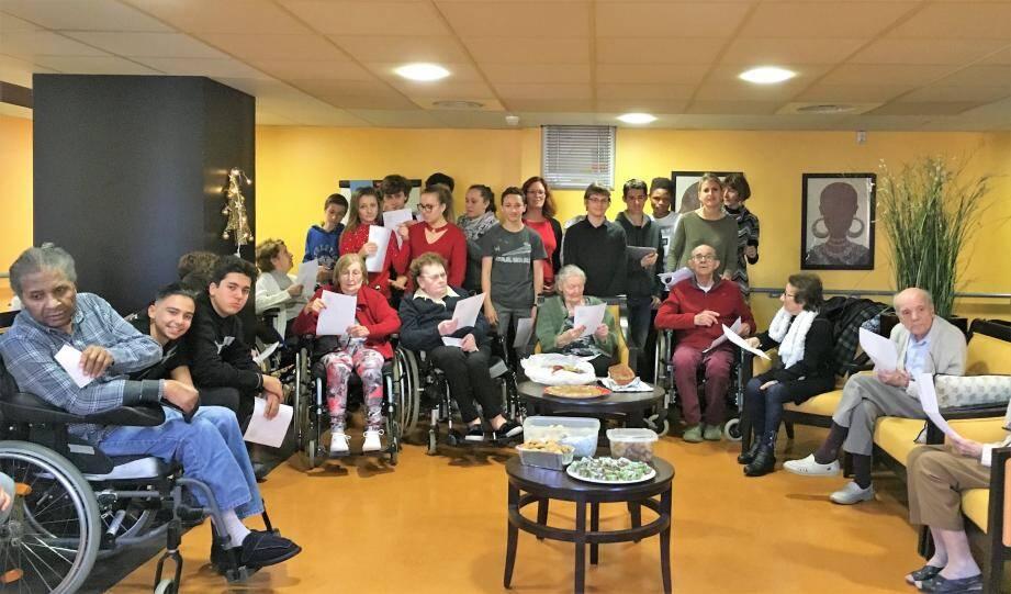 27 collégiens et leurs profs d'espagnol, Virginie Rabaute, et de français, Marie Fassy, sont venus fêter Noël à la résidence Korian Campelières.