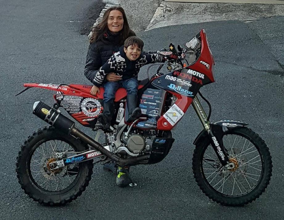 Au revoir Clans, cap sur Dakar ! Si elle part à l'assaut de l'Africa Eco Race en solo, sans assistance, Lydia Truglio-Beaumont sera suivie par de nombreux supporters (ici le petit Livio, fils d'un partenaire), ces deux prochaines semaines.